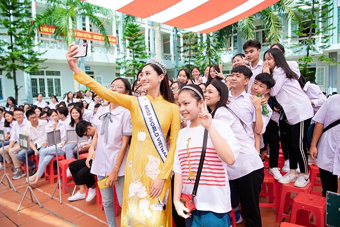 Tiếng hát chúc mừng sinh nhật vang lên khắp sân trường khiến Lương Thuỳ Linh rưng rưng xúc động. Kết thúc buổi giao lưu, tân hoa hậu vui vẻ chụp ảnh tự sướng với các học sinh.
