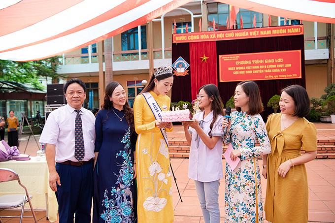 Tại buổi giao lưu, các thầy cô giáo của học sinh của THPT chuyên Cao Bằng gây bất ngờ khi tổ chức sinh nhật muộn cho Lương Thuỳ Linh. Hoa hậu Thế giới Việt Nam 2019 vỡ oà hạnh phúc và thốt lên