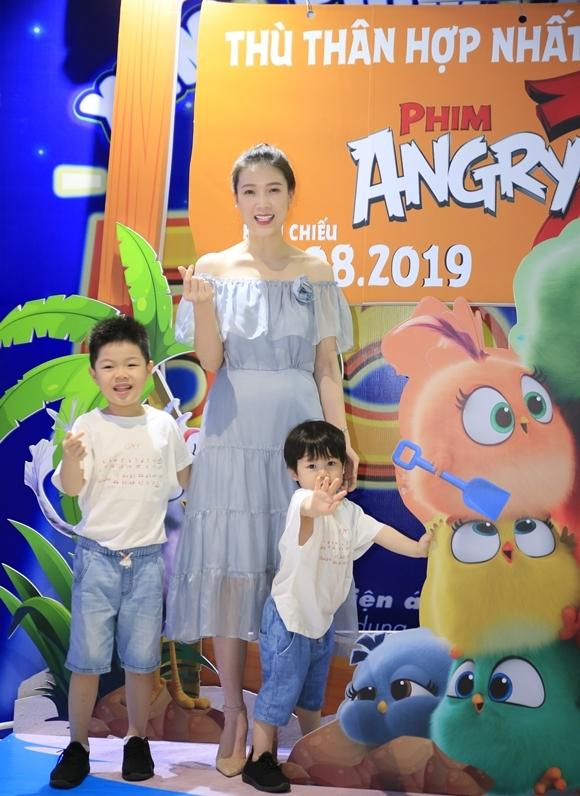 Hai con trai của Hoa hậu áo dài Phí Thùy Linh quậy hết cỡ khi theo mẹ dự buổi công chiếu phim.