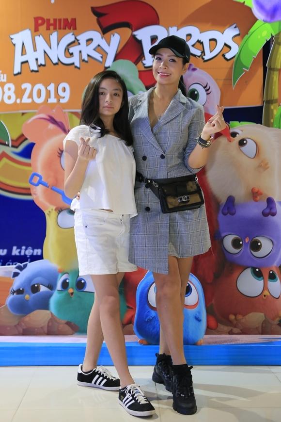Tại Hà Nội, con gái của siêu mẫu Thúy Hằng cùng mẹ khoe chân dài tại sự kiện. Cô bé thừa hưởng nét đẹp sang chảnh từ mẹ.