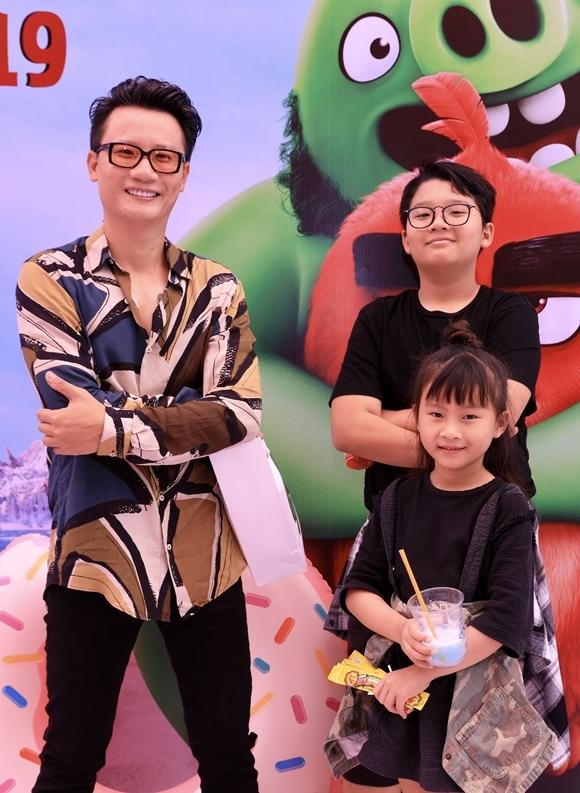 Ca sĩ - nhạc sĩ Hoàng Bách tạo dáng cực ngầu bên con trai và con gái.