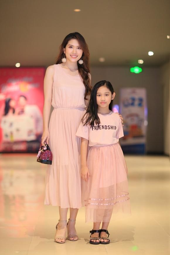 Thùy Dương - bà xã của diễn viên Minh Tiệp và con gái diện đồ đồng điệu, cùng màu hồng pastel. Cô bé Minh Thùy sớm bộc lộ thần thái của người mẫu giống mẹ.