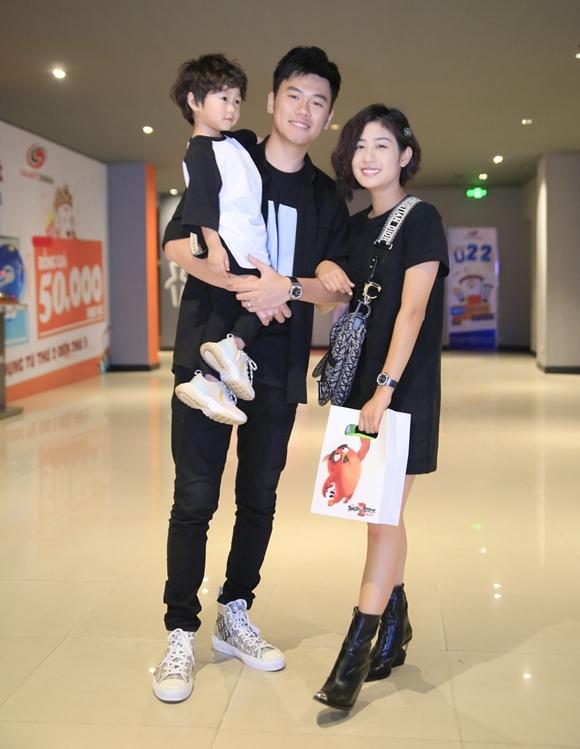 Trang Lou - em gai của Vlogger Huyme cùng ông xã Tùng Sơn và cậu con trai đến xem phim vào sáng thứ 7. Cặp đôi 9x là một trong những hot family được quan tâm trên mạng xã hội.