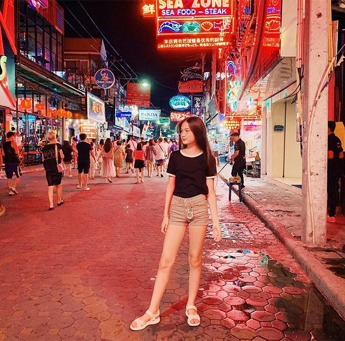 Em gái Văn Lâm tạo dáng chụp ảnh trên đường phố Thái Lan. Ảnh: Instagram.