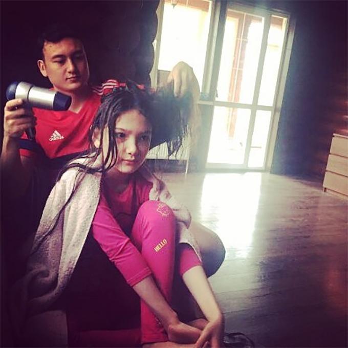 Văn Lâm sấy tóc cho em gái khi còn ở Nga. Ảnh: Instagram.