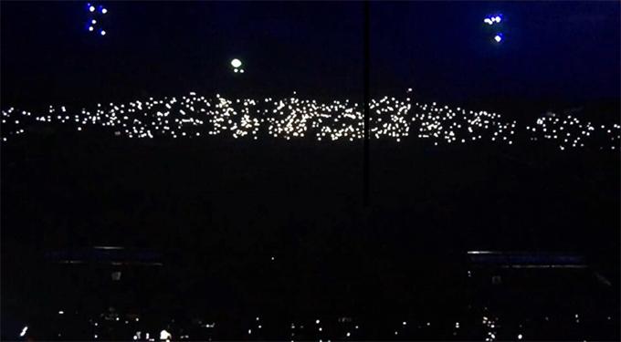 Sân Thiên Trường tối om sau sự cố mất điện.