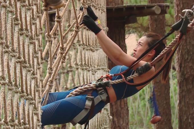 Quyết không bỏ cuộc, Mỹ Linh cố gắng thực hiện thử thách đu lưới.