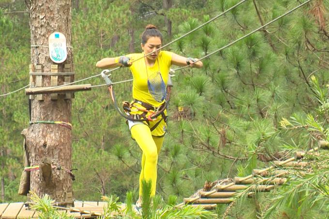 Á hậu Lệ Hằng tập trung cao độ và nhanh chóng vượt qua trò chơi. Đội của cô và HHen Niê mang về được 10/12 quả trứng.
