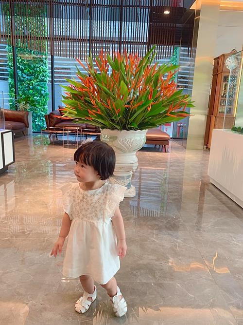 Con gái Hoa hậu Đặng Thu Thảo ngày càng xinh xắn, đáng yêu.