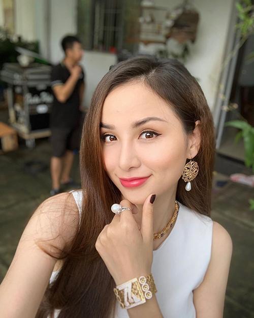 Hoa hậu Diễm Hương khoe vàng đeo đầy người.