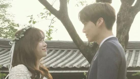 Đôi vợ chồng sau đó mở tiệc mời người thân trong gia đình tại một nhà hàng ở quận Jongno, Seoul.