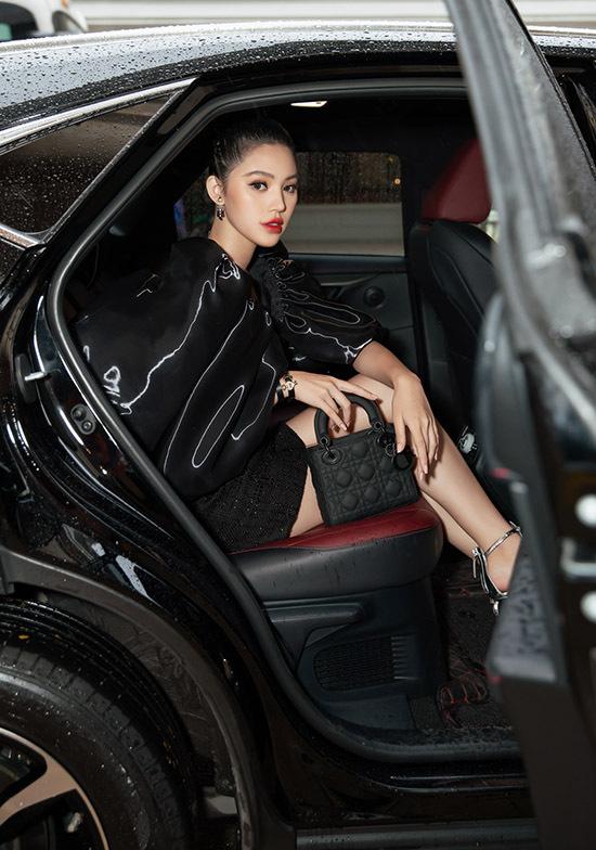 Jolie Nguyễn ngồi xế hộp chạy show trong mưa gió tối 16/8. Cô là khách mời dự buổi ra mắt sản phẩm mới của một thương hiệu mỹ phẩm, phụ kiệnđình đám thế giới.