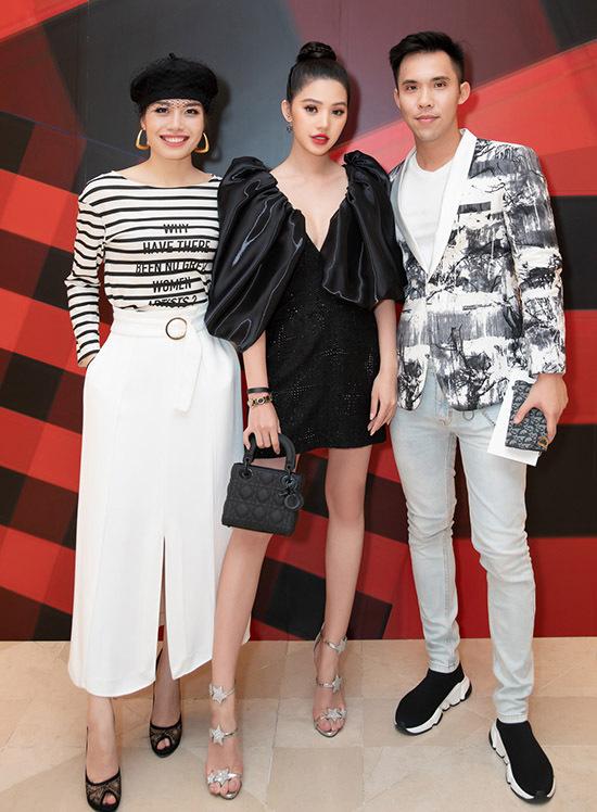Jolie Nguyễn hội ngộ bạn bè và một số tín đồ thời trang.