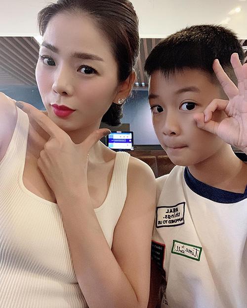 Con trai Lệ Quyên lớn tướng khi xuất hiện cùng mẹ trong một bức ảnh mới đăng tải.