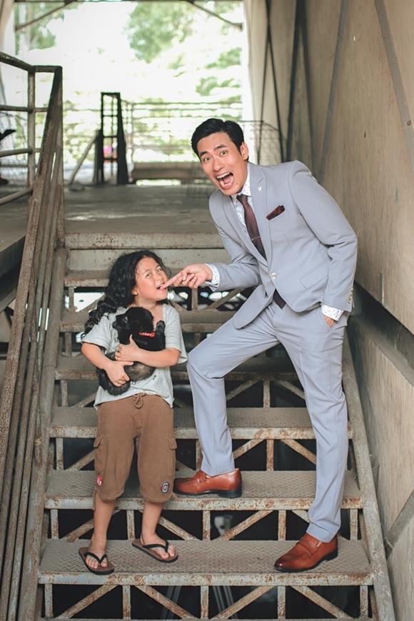 Kiều Minh Tuấn và con gái Ngân Chi chụp hình hài hước.