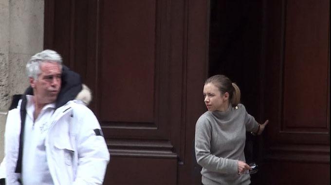 Epstein rời biệt thự cùng một cô gái trẻ trước khi Hoàng tử Andrew bị bắt gặp vẫy tay chào một cô gái khác. Ảnh: Mail.