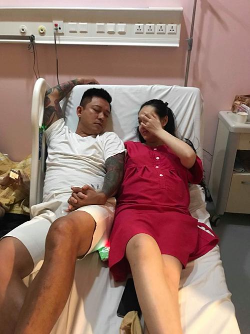 Tuấn Hưng ngủ thiếp đi về thức đêm chăm vợ tại bệnh viện sau sinh.