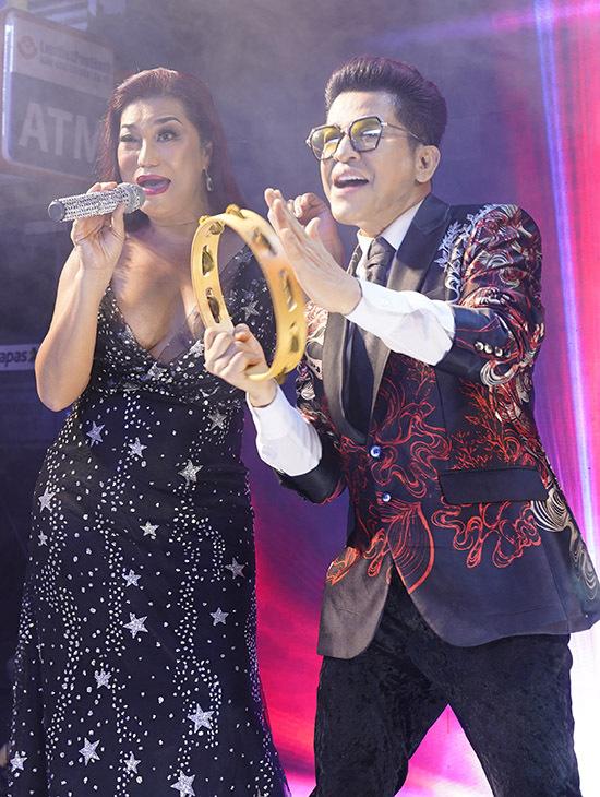 Cindy Thái Tài cũng ngẫu hứng biểu diễn một tiết mục với sự phụ hoạ của Thanh Bạch.
