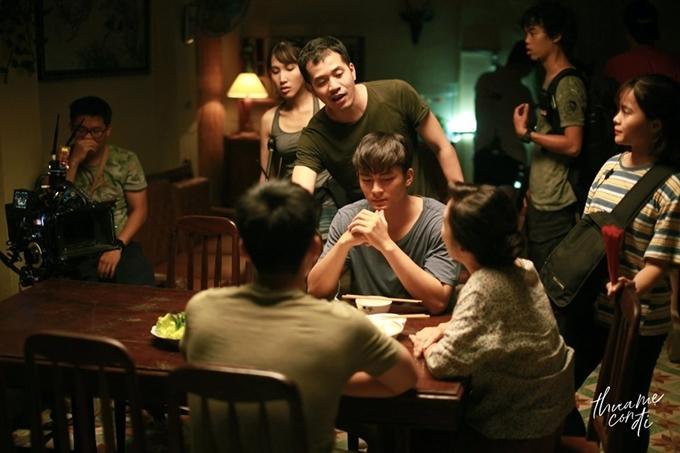 Đạo diễn Trịnh Đình Lê Minh chỉ đạo cho diễn viên trong bối cảnh nhà cổ.