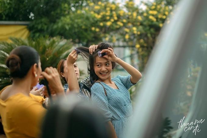 Hồng Ánh vào vai cô Út 40 chưa chồng, tính cách hồn nhiên, mê hát Bolero, mang đến nhiều tiếng cười.