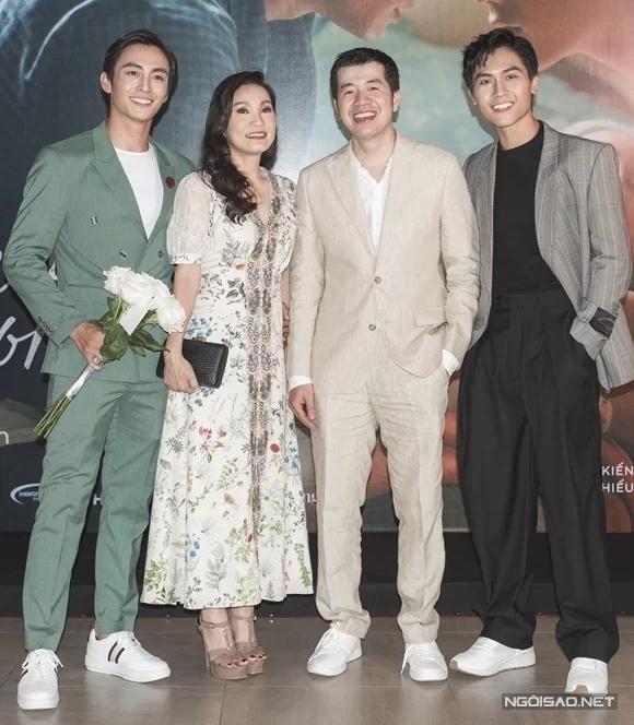 Từ trái qua: Lãnh Thanh, Hồng Đào, đạo diễn Trịnh Đình Lê Minh và Gia Huy tại buổi ra mắt phim ở Hà Nội tối 15/8.