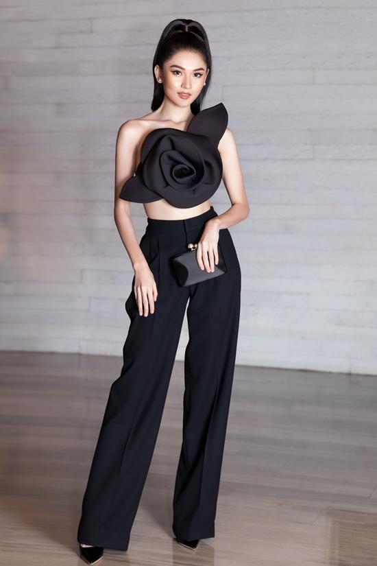 Khi cởi áo khoác ngoài, thiết kế của Đỗ Mạnh Cường giúp cô tôn vóc dáng mảnh mai, bờ vai thon và vòng eo lý tưởng. Thùy Dung chia sẻ cô đang muốn thử nghiệm với phong cách thời trang mới gợi cảm, phóng khoáng hơn.
