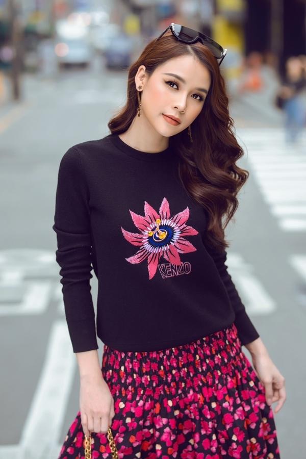 Sam nổi bật giữa đường phố Hàn Quốc nhờ diện trang phục màu sắc rực rỡ.