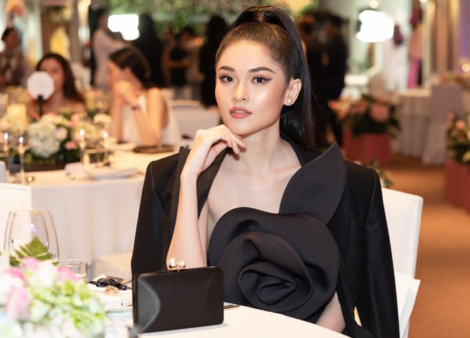 Thùy Dung gây ấn tượng với trang phục, phụ kiện ton-sur-ton đen sang trọng.