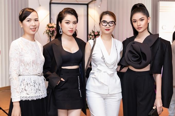 Thùy Dung, Thanh Thanh Huyền chụp ảnh cùng các khách mời ở buổi tiệc chủ đềLa Dolce Vita - Cuộc sống vui vẻ tại TP HCM.