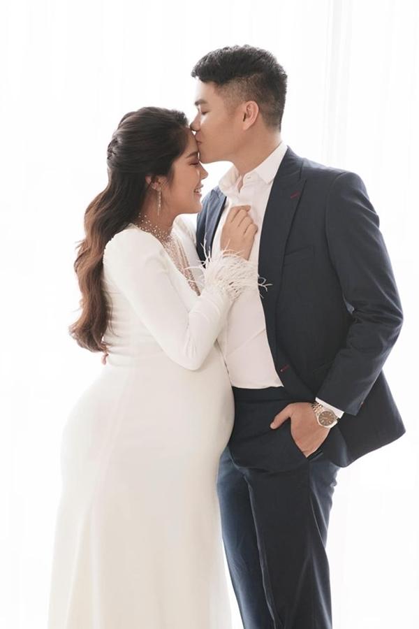 Vơ chồng Lê Phương - Trung Kiên chụp ảnh kỷ niệm trước khi sinh.