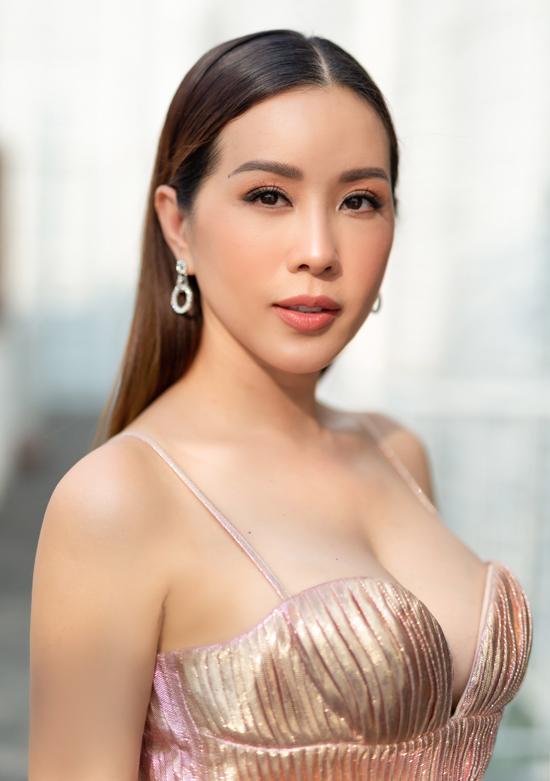 [Caption] Chiều 18/08, hoa hậu Thu Hoài thu hút nhiều sự chú ý khi tham gia sự kiện Công bố Top 30 thí sinh toàn quốc