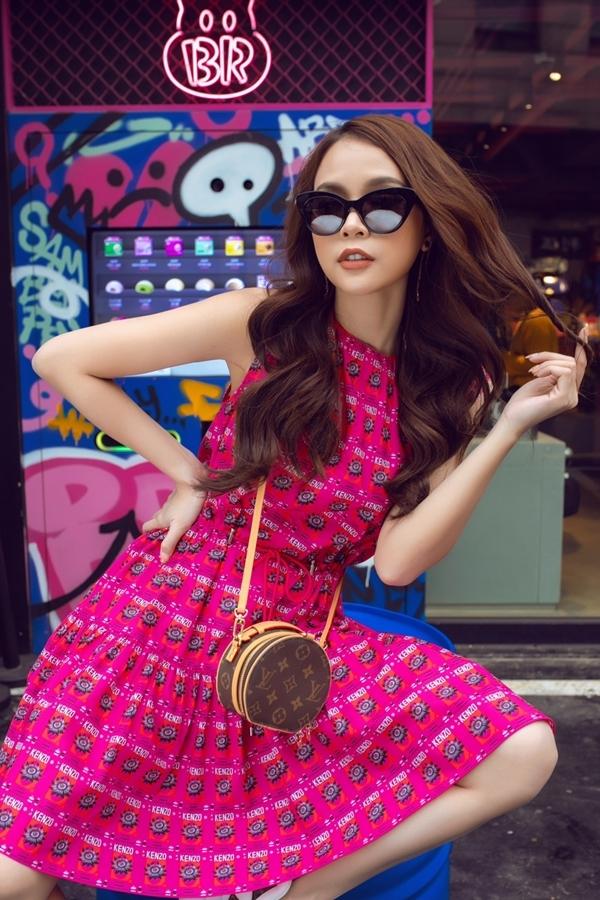 Sam khoe nhan sắc trẻ trung với váy in hoa tông hồng ngọt ngào.