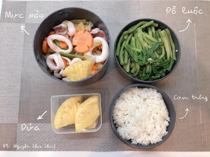 Để tiết kiệm thời gian làm cơm, Thủythường nấu đồ ăn mặn từ buổi tối trong khoảng 30 phút với sự hỗ trợ của chồng.