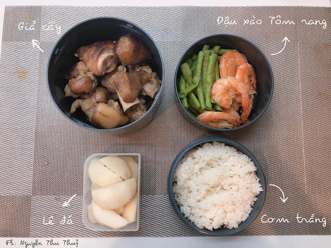 Vớicác món cần ăn nóng, sáng hôm sau Thủy sẽ đun lại, cất vào hộp giữ nhiệt của Nhậtđể thực phẩm luôn nóng sốt. Riêng các món rau, Thủy chế biến vào buổi sáng để giữ được sự tươi ngon của món ăn.