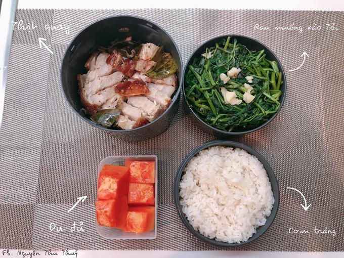 Đều đặn hàng tuần, bố mẹ Thủy thường cho cô vài kg rau từvườn trồng rau sạch của gia đình. Do đó, cô chỉ cần mua các thực phẩm tươi, đồ sống để nấu ăn.