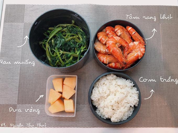 Thủy chế biến món ăn bằng nhiều cách như hấp, xào, luộc, rán, rang... giúp khẩu vị được thay đổi.Mỗi ngày, cô đều chuẩn bịsẵn hoa quả để chồng tráng miệng sau khi ăn.