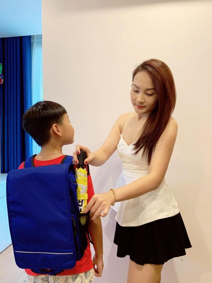 Mẹ Bảo Thanh tự tay tặng con chiếc cặp chống gù chuẩn bị cho năm học mới.