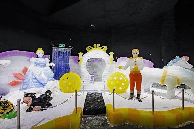 Khu nhà băng màu đầu tiên tại Việt Nam có nhiều tượng bằng băng được điêu khắc kỳ công bởi các nghệ nhân Hàn Quốc.