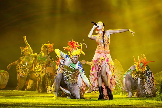 Đoan Trang khuấy động không khí của đêm nhạc bằng ca khúc Mặt trời ngày mới.Cuộc sống viên mãn bên ông xã ngoại quốc Johan Wicklund và con gái Sol khiến giọng hát của nữ ca sĩ ngày càng thăng hoa.