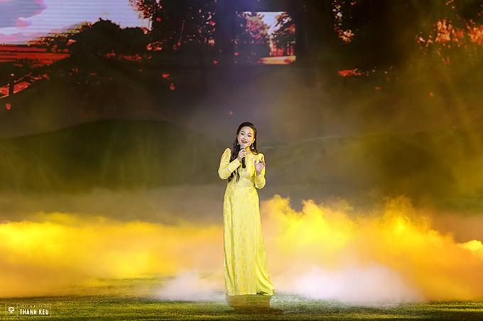 Sao Mai Phương Thanh - chị dâu của ca sĩ Hương Tràm - thướt tha trong tà áo dài khi thể hiện Tình thâm.