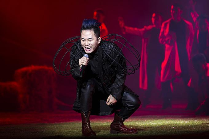 Tùng Dương thể hiện sự nổi loạn thường thấy khi hát Mang thai và Rơi theo phong cách Electronic Rock.
