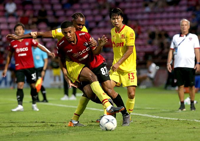 Cầu thủ Muangthong Utd (áo đỏ) thiếu tập trung trong hiệp hai.
