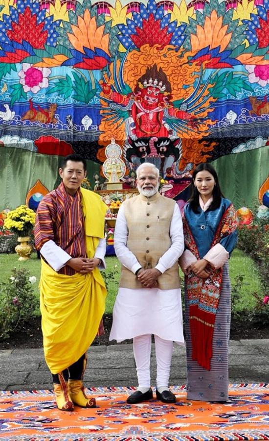 Hoàng hậu Jetsun Pema xuất hiện cùng quốc vương Bhutan trong lễ đón tiếp thủ tướng Ấn Độ (giữa). Ảnh: FBJetsun Pema.