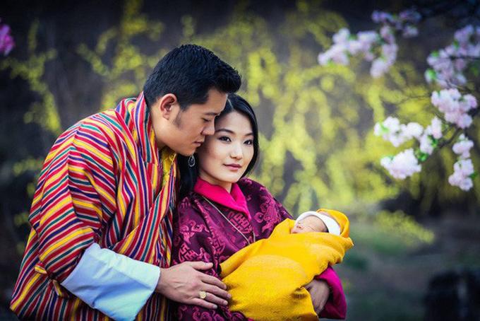 Vợ chồng Quốc vương Bhutan đón chào con trai đầu lòng năm 2016. Ảnh: FBJetsun Pema.