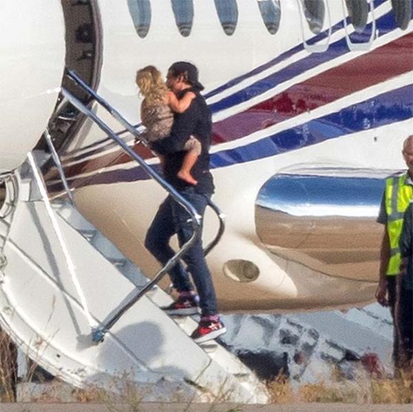 Một ngày trước đó, Bradley Cooper tới Ibiza, Tây Ban Nha đón con gái về. Bạn gái cũ của anh - siêu mẫu Irina Shayk - và bé Lea đã nghỉ dưỡng tại thành phố biển này suốt một tuần.