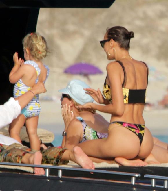 Irina Shayk và Bradley Cooper san sẻ quyền nuôi con sau khi chia tay vào tháng 6.