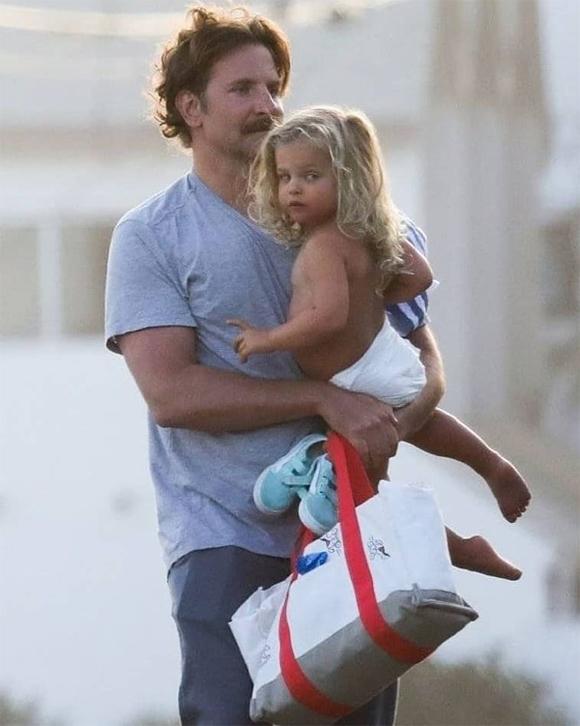 Sau khi đi du lịch với mẹ ở Tây Ban Nha, Lea lại được bố đón về Malibu, California.