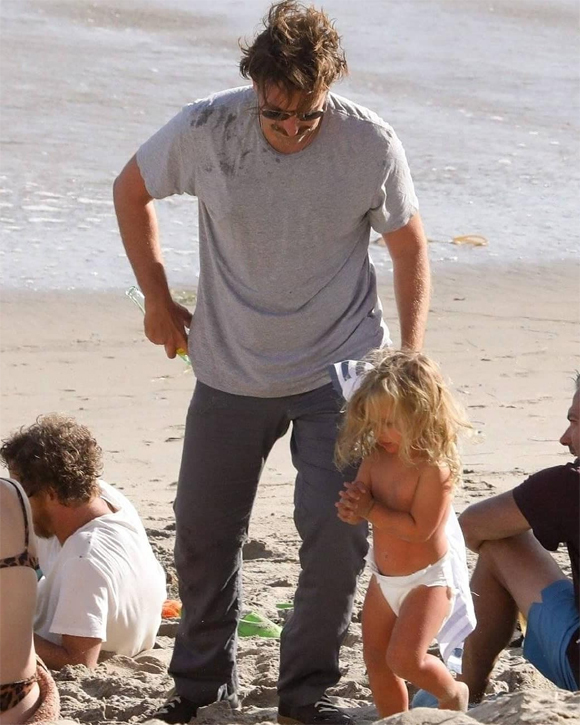 Lea thích thú vui đùa trong sự giám sát của bố. Bradley tự chăm con mà không có bảo mẫu đi cùng.