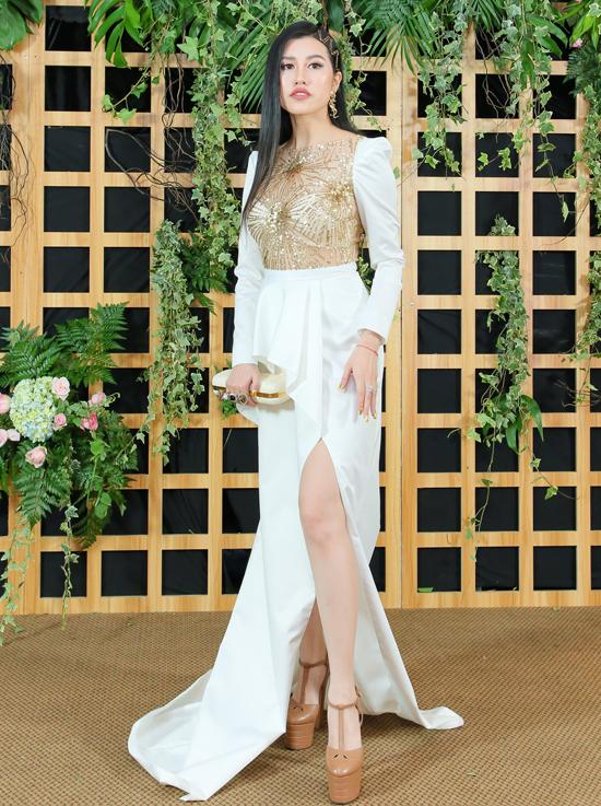 Người đẹp Emily Hồng Nhung trung thành với phong cách điệu đà, nữ tính.