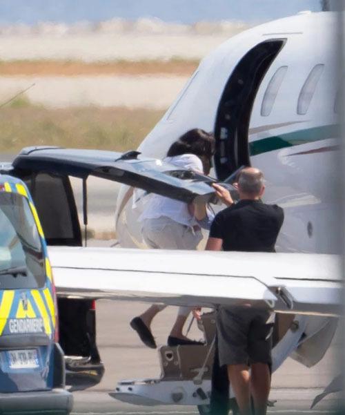 Meghan bế con lên phi cơ tại sân bay Nice, Pháp, để về Anh hôm 17/8. Ảnh: The Mega Agency.